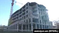 Բնակիչների պնդմամբ, Նալբանդյան, Թումանյան, Պետրոսյան փողոցների բակում նոր շենքը կառուցվում է նախագծային շեղումներով