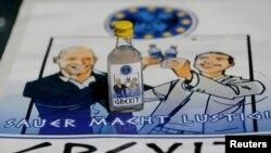 O sticluță de vodkă acră Grexit, avîndu-i pe etichetă pe ministrul grec de finanțe Varoufakis și pe premierul Tsipras ridicînd pahare sub privirea dezgustată a lui Angela Merkel.