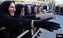Женщины стоят в очереди за бесплатными продуктами питания в иранском городе Шираз.