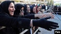 صف مردم برای گرفتن کالا در شیراز