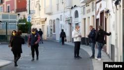 Pe o stradă la Capri, Italia, 24 aprilie 2020