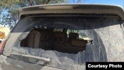 Разбитое заднее стекло автомобиля российских туристов.