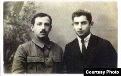 Жаксон (ўнгда) Тошкент шаҳар ҳарбий коменданти П.Якименко билан, 1922 й.