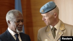 Major-General Robert Mood of Norway (right) speaks with Joint Special Envoy for Syria Kofi Annan (left) during a meeting at the United Nations in Geneva on April 4.