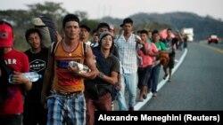 Migrantë nga Meksika duke u nisur drejt SHBA-së.