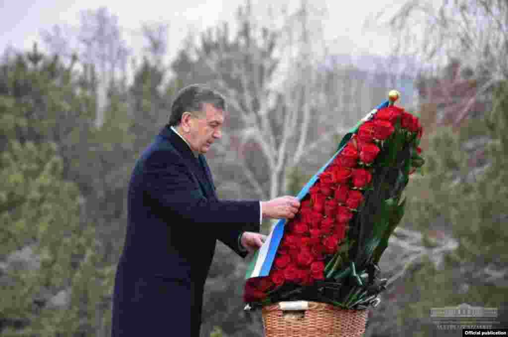 Ислам Каримов қатыс болған соң президент міндетін уақытша сол кездегі премьер-министр Шавкат Мирзияев атқарып, кейін Өзбекстан президенті болып сайланды. Мирзияевтің 2017 жылы 25 қаңтарда шығарған қаулысына сәйкес, Өзбекстанда Ислам Каримовтің туған күні жыл сайын атап өтіледі. Шавкат Мирзияев Ислам Каримовтің ескерткішіне гүл қойып тұр. Ташкент, 30 қаңтар 2019 жыл.