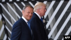 Президент Ради ЄС Дональд Туск (л) запевнив, що має однакові з президентом США Дональдом Трампом «позиції щодо України»