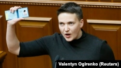 Надежда Савченко в Верховной раде Украины демонстрирует удостоверение депутата. 22 марта 2018 года