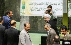 Хаcсан Роухани парламентке келіп, үкімет мүшелері тізімін жариялады. Тегеран, 12 тамыз 2013 жыл.