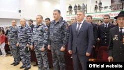 Заместитель министра внутренних дел Ингушетии Юрий Муравьев (в гражданской одежде справа) с сотрудниками и ветеранами МВД на концерте