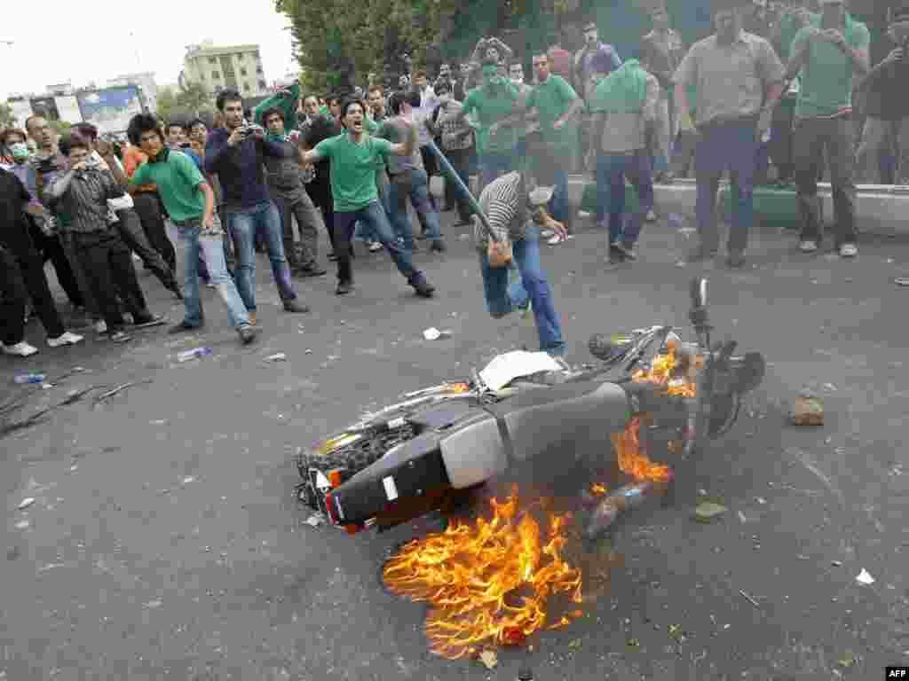 მუსავის მომხრეები პოლიციის მოტოციკლეტს წვავენ საპროტესტო დემონსტრაციაზე თეირანში - საპრეზიდენტო არჩევნები ირანში