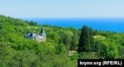 Массандровский дворец в зеленом море леса
