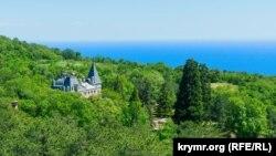 Масандрівський палац у зеленому морі лісу