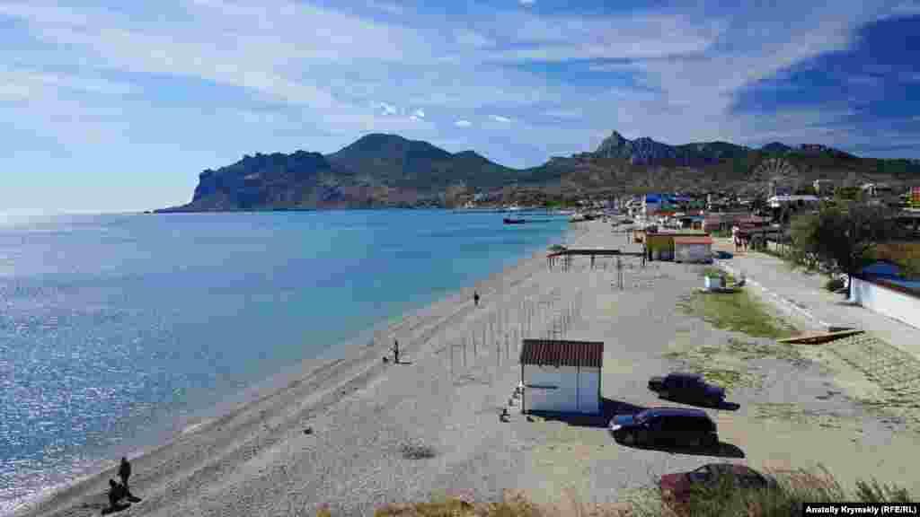 Пляжна зона Коктебеля тянеться від підніжжя Кара-Дагу до мису Хамелеон