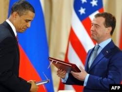 Барак Обама и Дмитрий Медведев на церемонии подписания Договора СНВ-3. Прага, 8 апреля 2010 года