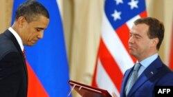 Президент США Барак Обама і його російський колега Дмитро Медведєв, Прага , 8 квітня 2010 року