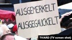 Pancartă anti-Merkel și anti-Gauck la Dresda (Foto: TV/ARD)