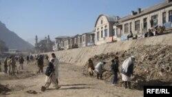 افغان کارګران د کابل د سیند په پاکولو کې بوخت دي