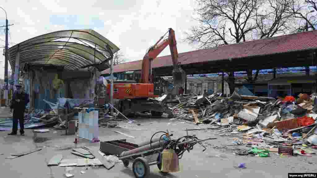 Aqmescitniñ merkeziy bazarına yaqın OOO «Krıminvestholding» çarşısındaki inşaatlarnıñ yıqılması aprel 11-de saba saat 4-te başladı