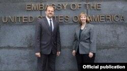 Новоназначенный посол США в Армении Линн Трейси (справа) Фотография со страницы посольства США в РА в Facebook