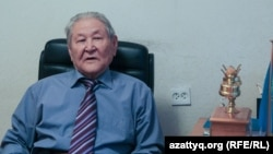 Саясаткер әрі экономист Серікболсын Әбділдин кеңсесінде отыр. Алматы, 19 қазан 2016 жыл.