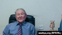 Политик и экономист Серикболсын Абдильдин в своем офисе. Алматы, 19 октября 2016 года.