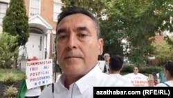 """Türkmenistanyň Demokratik Saýlawy"" (DWT) atly oppozisiýa hereketiniň lideri Myrat Gurbanow, Türkmenistanyň Waşingtondaky ilçihanasynyň öňündäki protest aksiýasynda, 2020-nji ýylyň 1-nji sentýabry."