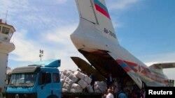 Розвантаження гуманітарної допомоги з Росії владі Сирії на летовищі міста Латакії, 28 травня 2013 року, фото державного агентства SANA. Повстанцям у Сирії Росія не допомагає