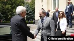 Премьер-министр Никол Пашинян (справа) приветствует президента Италии Серджио Маттареллу, Ереван, 31 июля 2018 г.