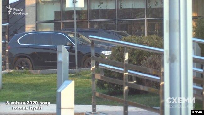 «Схеми» звернули увагу на автомобілі преміум класу, припарковані поруч з ним