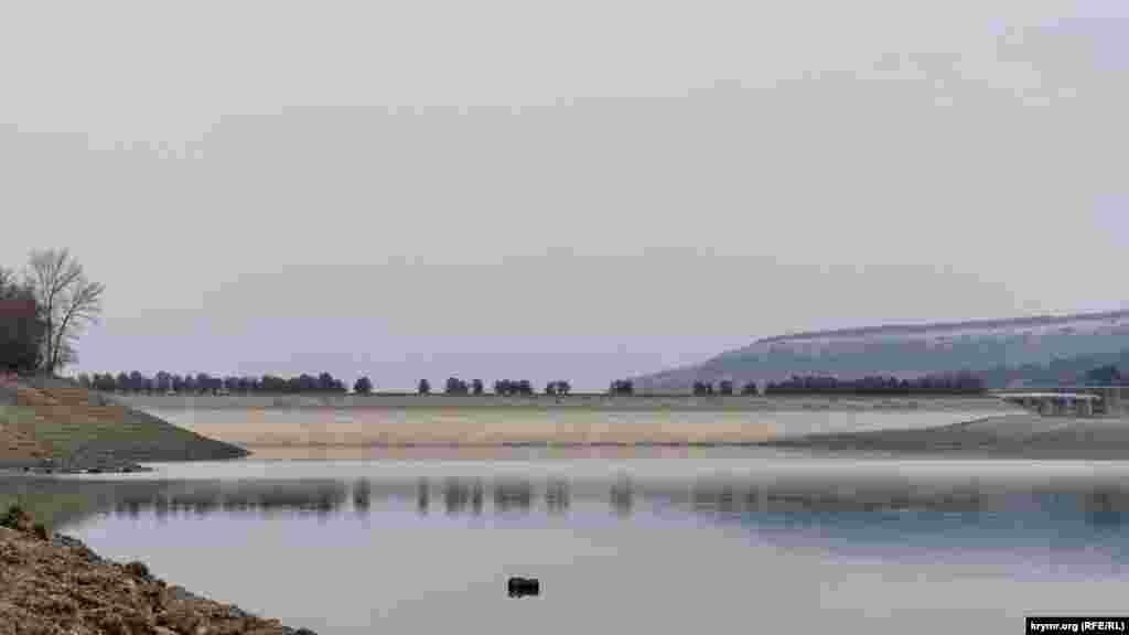 Слева за плотиной раскинулось село Кизиловое
