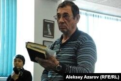"""Сотрудник газеты """"Мегаполис"""" Александр Тонкопрядченко. Алматы, 23 января 2013 года."""