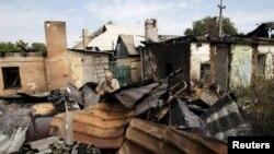 Разрушенный после обстрела дом в Донецке. 17 августа 2015 года