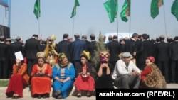 Госслужащие на организованном властями Туркменистана массовом мероприятии