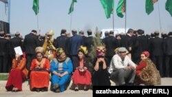 Türkmenistanda geçirilýän köpçülikleýin çäreleriň birine gatnaşýan zenanlar.