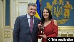 Президент Петро Порошенко присвоїв співачці Джамалі титул «Народної артистки України» за перемогу на «Євробаченні-2016», травень 2016 року