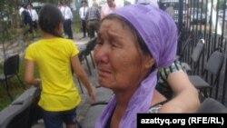 Мать погибшего при операции в Шубарши полицейского Нурлана Алпысбая, Ануза Балманова. Поселок Шубаркудык, Актюбинская область, 22 июня 2012 года.