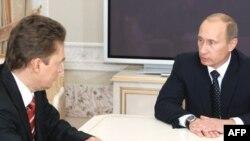 """Ресей премьері В. Путин (оң жакта) """"Газпром"""" басшысы А. Миллермен газ мәселесін талқылап отыр. Санкт-Петербор, 7 қаңтар 2009ж."""