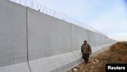 PYD döyüşçüsü Suriya-Türkiyə sərhədində