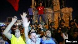 Մարդիկ բողոքի ցույց են անցկացնում Ստամբուլի Թաքսիմ հրապարակում