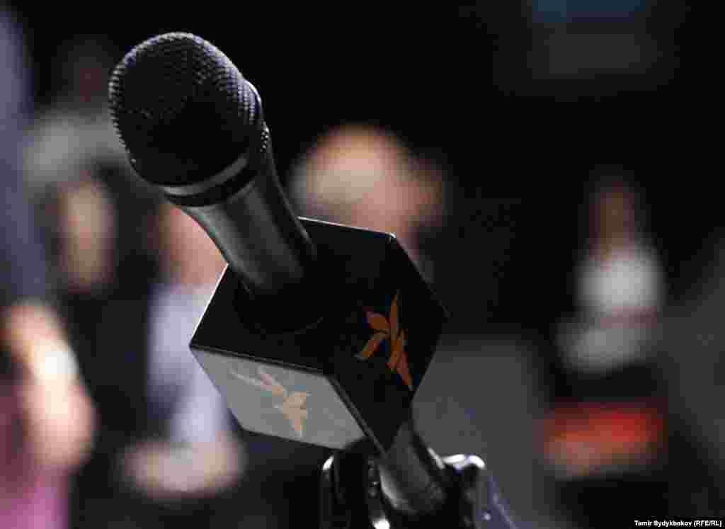 """Иш-чарага Жогорку Кеңеш депутаттары, өкмөт мүчөлөрү, коомдук-саясий ишмерлер, жарандык коомдун өкүлдөрү жана медиа коомчулук катышып, маалымат жеткирүүдө """"Азаттык"""" радиосунун Кыргызстандын коомундагы орду чоң экенин белгилешти. Радионун бир катар кызматкерлерине сыйлыктарды тапшырышты."""