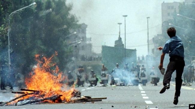 درگیری پلیس و معترضان در ناآرامیهای تیرماه ۷۸