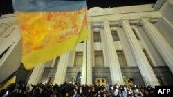 """Активисты """"Правого сектора"""" пикетируют здание украинского Парламента в Киеве, 27 марта 2014 года"""