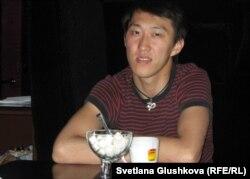 """Антон Цой, посетитель антикафе """"Наше место"""". Астана, 19 июня 2012 года."""