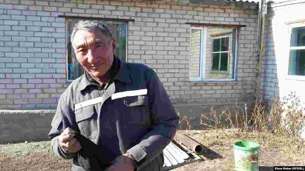 Житель села Садовое Ислам Абип обрадовался, что в село приехал журналист. Мужчина сказал, что проблем в селе много и их нужно освещать в прессе.