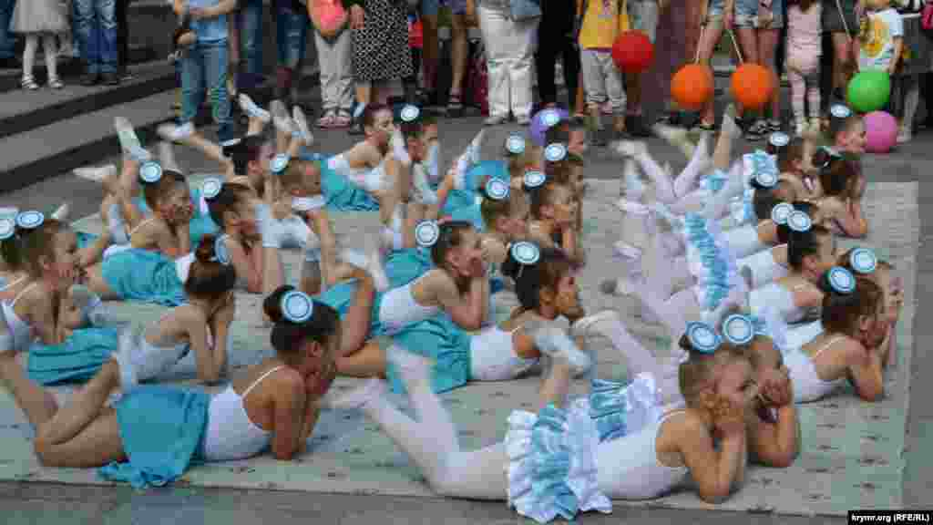 Для участников парада устроили развлекательную программу с выступлениями детских коллективов