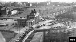Строительство Берлинской стены у Бранденбургских ворот. Фото сделано 20 ноября 1961 года.