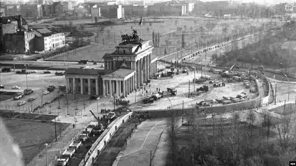 Строительство Берлинской стены. Фото сделано 20 ноября 1961 года