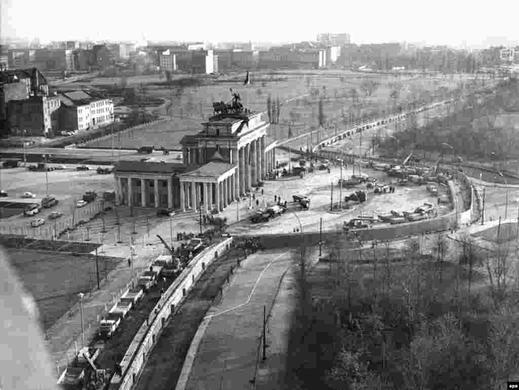Construction work on the Berlin Wall at the Brandenburg Gate. The photo was taken on November 20, 1961.