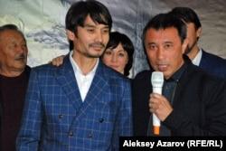 Режиссер фильма Ермек Турсунов (с микрофоном) представляет исполнителя главной роли Ержана Нурымбета. Алматы, 23 сентября 2015 года.
